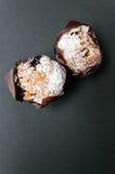 Muffins auf dunklem Hintergrund Stockfoto