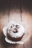 Muffins auf einem Holztisch bedeckt mit Zucker Lizenzfreies Stockbild