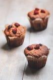 Muffins auf einem Holztisch bedeckt mit Zucker Lizenzfreie Stockbilder