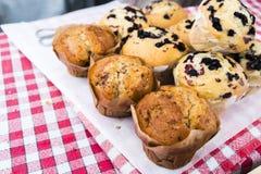 Muffins auf Rot überprüften Stoff im französischen Markt in Paris Frankreich lizenzfreies stockbild