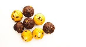 Muffins auf weißer reflektierender Oberfläche lizenzfreies stockfoto