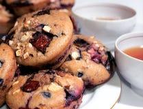 Muffins backt auf der Platte zusammen Stockbilder