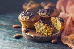 Muffins, cakes met amandelnoten op een donkere achtergrond De ruimte van het exemplaar stock afbeeldingen