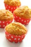 Muffins in den roten Cup auf Weiß Stockfoto