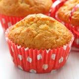 Muffins in den roten Cup auf weißem Hintergrund Stockbild