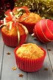 Muffins in den roten Cup mit Weihnachtsdekoration Lizenzfreies Stockbild