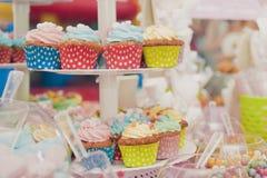 Muffins der Parteitabellen-kleinen Kuchen Lizenzfreie Stockfotografie