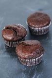 Muffins der süßen Schokolade auf dunklem Schiefer Stockfotografie