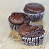Muffins der süßen Schokolade auf Holztisch Stockfotos
