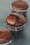 Muffins der süßen Schokolade auf Schiefer Lizenzfreie Stockfotografie