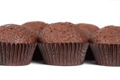 Muffins der Schokoladenkleinen kuchen auf Weiß Stockfoto