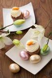 Muffins der weißen Lilie und des Karottenkuchens lizenzfreies stockfoto
