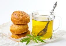 Muffins des Marihuanakleinen kuchens und heißer Tee stockfotos