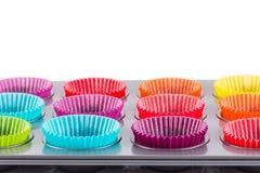 Muffins die dienblad met kleurrijke document gevallen bakken Royalty-vrije Stock Fotografie