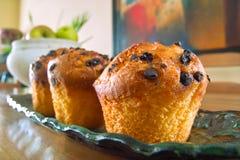 Muffins dienten auf der Tabelle Lizenzfreie Stockbilder