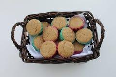 Muffins in een mand op witte achtergrond wordt geïsoleerd die Stock Afbeelding
