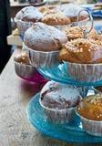 Muffins in een uitstekende tribune van de rijcake. Stock Afbeeldingen