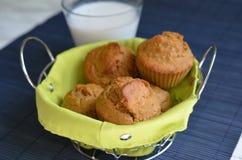 Muffins in einem Grün aalten sich mit einem Glas Milch Stockbild
