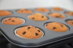 Muffins in einer Form für das Backen Stockbild
