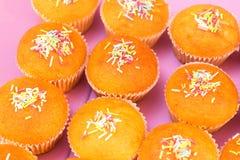 Muffins hoogste mening met multicolored suiker die hoogste mening gestemde selectieve nadruk berijpen Stock Foto's