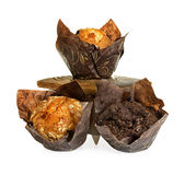 Muffins in houten die doos op wit wordt geïsoleerd royalty-vrije stock afbeelding