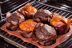 Muffins im Ofen stockbilder