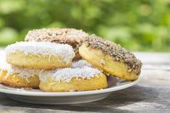 Muffins, koekjes met met chocolade bedekte noten en wit poeder Royalty-vrije Stock Fotografie
