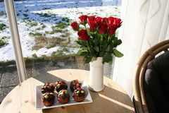 Muffins met chocolade en rode Rozen Stock Foto's