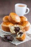 Muffins met chocolade het vullen Stock Afbeelding