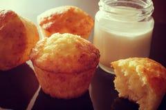 Muffins met de toevoeging van yoghurt Kruik eigengemaakte yoghurt Stock Afbeelding