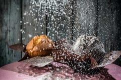 Muffins met gepoederde suiker worden bestrooid die Stock Foto's