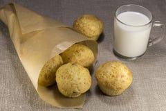 Muffins met kaas en rozijnen in een document zak Stock Foto's