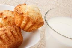 Muffins met melk stock afbeelding