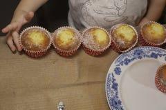 Muffins met melk in rustikstijl stock foto's