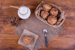 Muffins met rozijnen en melk Stock Afbeeldingen