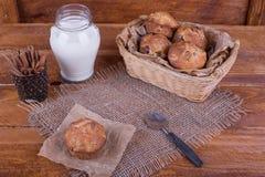 Muffins met rozijnen en melk op de krant Conceptenvoedsel Stock Afbeeldingen