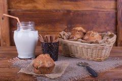 Muffins met rozijnen en melk op de krant Conceptenvoedsel Stock Foto