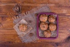 Muffins met rozijnen op houten achtergrond Conceptenvoedsel Stock Afbeeldingen