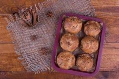 Muffins met rozijnen op houten achtergrond Conceptenvoedsel Stock Foto