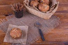 Muffins met rozijnen op houten achtergrond Conceptenvoedsel Royalty-vrije Stock Afbeeldingen