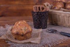 Muffins met rozijnen op houten achtergrond Conceptenvoedsel Royalty-vrije Stock Foto