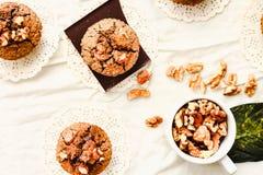 Muffins met stukken van donkere chocolade en okkernoot, hoogste mening Royalty-vrije Stock Foto's