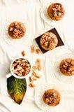Muffins met stukken van donkere chocolade en okkernoot, hoogste mening Royalty-vrije Stock Afbeeldingen
