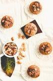 Muffins met stukken van donkere chocolade en okkernoot, hoogste mening, tintin Stock Foto's