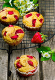 Muffins met zemelen en aardbei Stock Fotografie