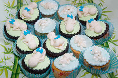 Muffins mit Babys und Engeln des Zuckers Lizenzfreies Stockbild