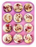 Muffins mit Chocolade und Kirsche in einem Rosa färbten Backblech Lizenzfreies Stockfoto