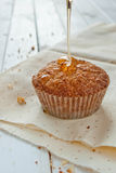 Muffins mit Karamellsirup Stockfoto