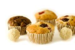 Muffins mit Kokosnusskugeln Stockbilder