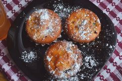 Muffins mit Mischbeeren Gesunder Nachtisch, Gebäck lizenzfreies stockfoto